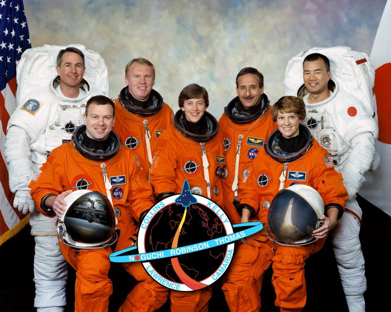 Von links: Steve Robinson, Jim Kelly, Andy Thomas, Wendy Lawrence, Charlie Camarda, Eileen Collins und Soichi Noguchi. Bild: NASA