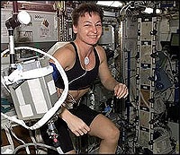 Astronaut Peggy A. Whitson beim Training auf der Raumstation, 2002. Quelle: NASA