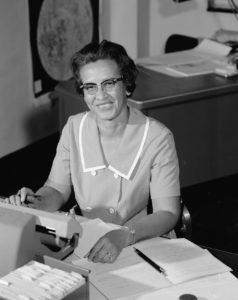 Katherine Johnson 1966 an ihrem Schreibtisch beim Langley Research Center. Credit: NASA